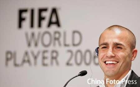 图文:世界足球先生颁奖典礼 卡纳瓦罗笑对媒体
