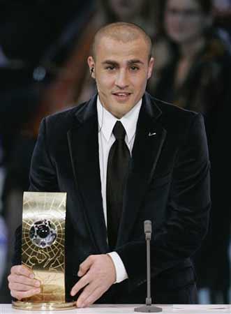 图文:世界足球先生颁奖典礼 卡纳瓦罗展示奖杯