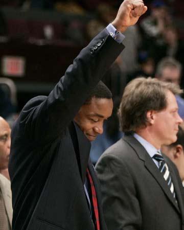 NBA图:尼克斯主场战爵士 托马斯高举手臂