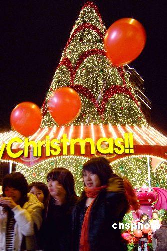 圣诞树装点台北迷人夜景