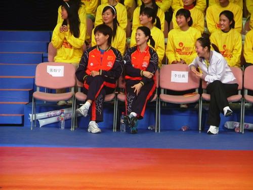图文:06国球大典嘉年华开幕 黄健翔的搞笑表演
