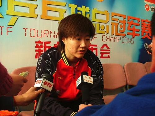 图文:2006世界乒乓球总冠军赛 郭焱说福原爱