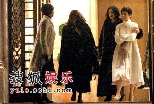 林青霞与女友相伴显落寞 遇英俊帅男街边狂聊