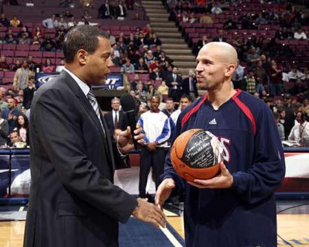 NBA:76人不敌步行者 基德接受纪念球