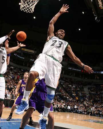 NBA图:湖人逆转胜森林狼 哈塞尔跌出场外