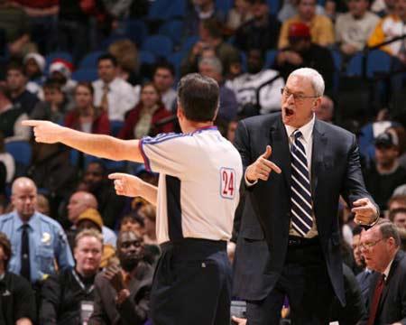 NBA图:湖人逆转胜森林狼 禅师与裁判较劲