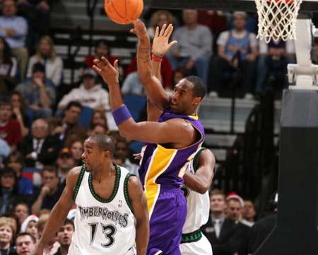 NBA图:湖人逆转胜森林狼 科比篮下妙传队友