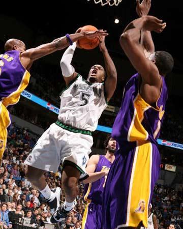 NBA图:湖人逆转胜森林狼 史密斯飞行爆扣