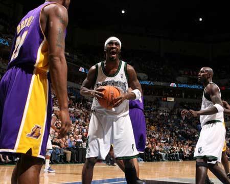 NBA图:湖人逆转胜森林狼 戴维斯怒吼裁判