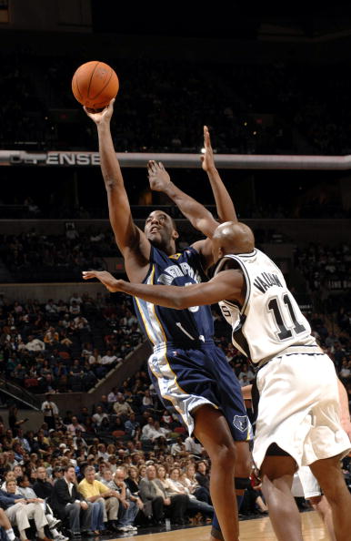 NBA图:马刺主场105-98灰熊  艾迪琼斯诡异抛射