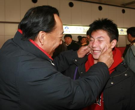 图文:体操队载誉归国 中心主任高健盛赞李小鹏