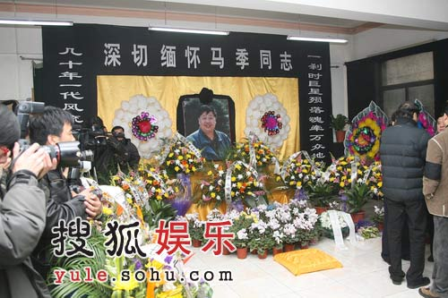 马季灵堂向记者开放 挽联鲜花庄严肃穆