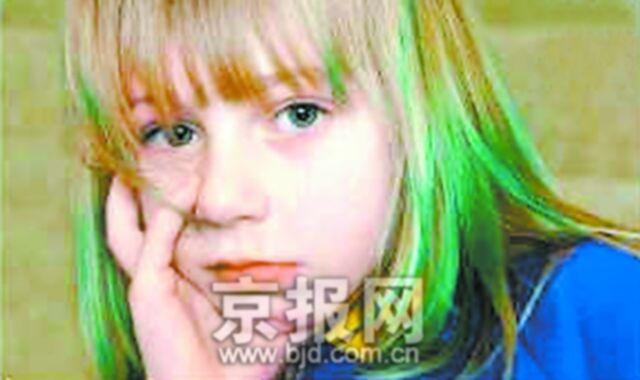 绿色头发绿发13岁女孩的游泳照片金发巨人