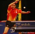 图文:乒乓球总冠军赛男子半决赛 王皓举火烧天