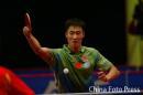 图文:世界乒球总冠军赛男子决赛 王励勤挥拍
