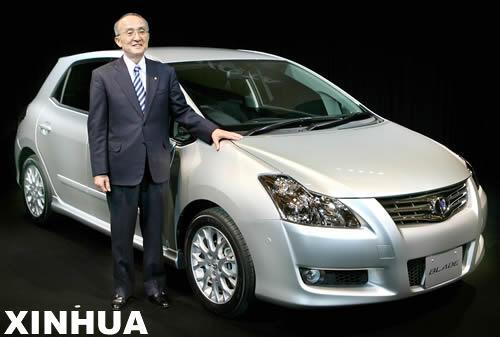"""12月21日,日本汽车产业巨头丰田公司在东京举行的新车发布会上,丰田公司总裁渡边捷昭向媒体介绍新款两厢轿车""""Blade""""。""""Blade""""配备2.4升发动机,即日起投放日本市场,售价在220万至270万日元之间(约合19000至23500美元)。 新华社/法新"""