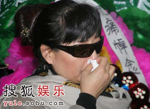 殷秀梅灵堂拜祭马季老师 动情落泪频频擦拭(图)