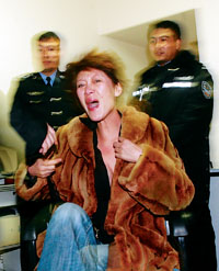 醉酒女司机拒绝酒精测试大骂交警(组图)