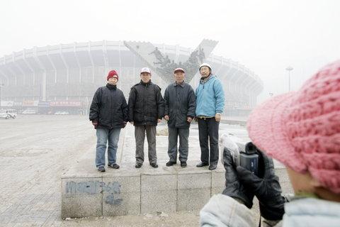 图文:五里河体育场将被拆除 沈阳居民摄影留念
