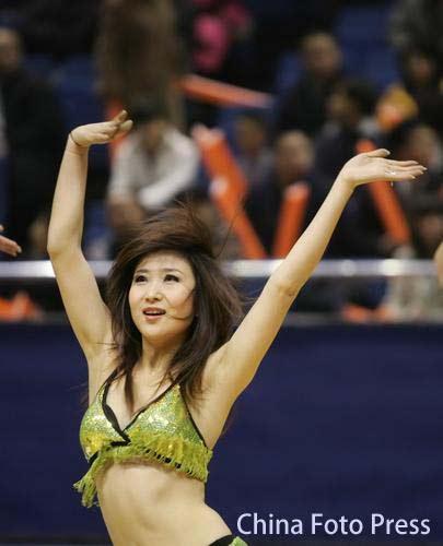 CBA图:篮球宝贝热舞赛场 宝贝舞动激情