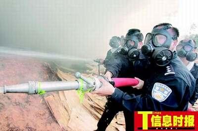 广州一木板厂火灾 消防通道狭窄大火燃烧7小时