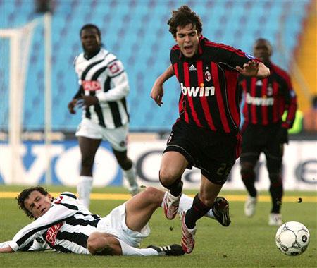 图文:乌迪内0-3米兰 卡卡躲避对方球员飞铲