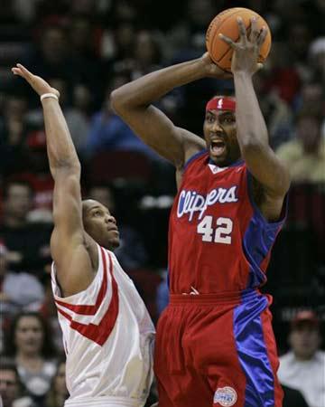 NBA图:火箭半场领先快船 海耶斯防守布兰德