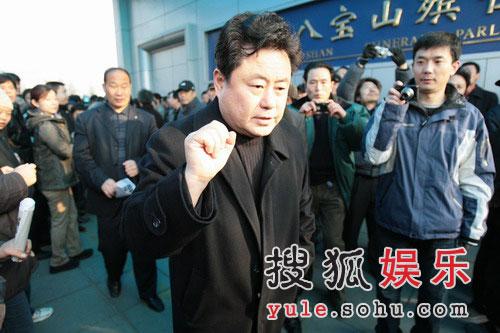 图:徐沛东前来悼念马季先生 悲痛不已