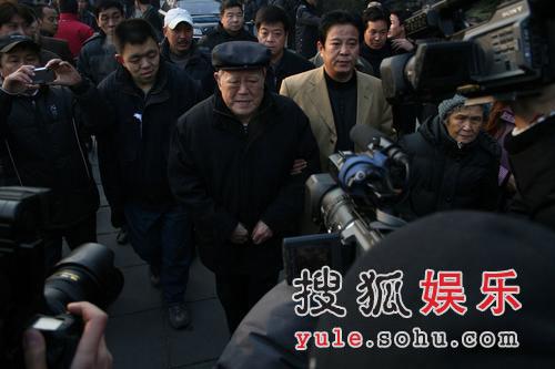 图:苏文茂前往现场 哀悼马季先生