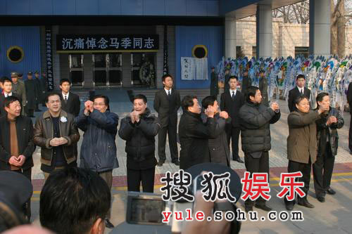 图:马季众弟子列成一排向群众致敬