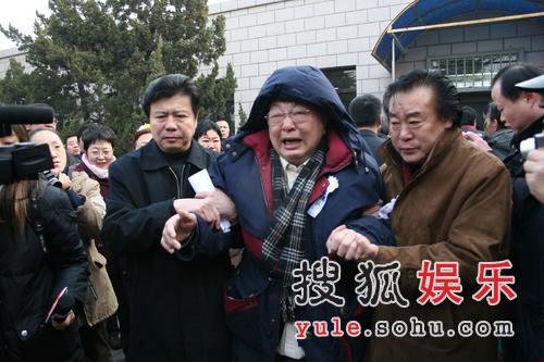 图:唐杰忠参加追悼会 被人搀扶失声痛哭