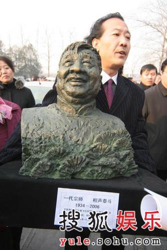 图:马季追悼会现场 雕像家赠送特别雕像