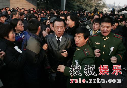 图:侯耀华与德江出席追悼会