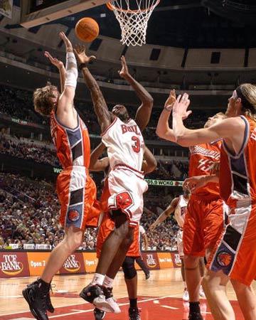 NBA图:常规赛公牛胜山猫 本-华莱士力保篮板