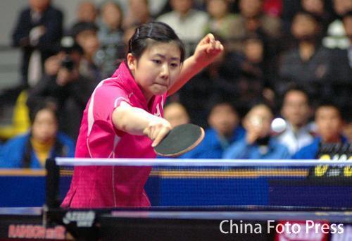 图文:女子乒乓球对抗赛中国胜 福原爱在比赛中