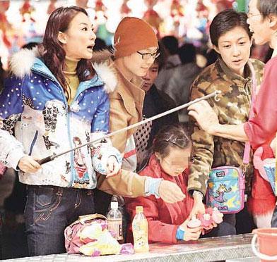 """吴绮莉母女游乐园过圣诞 """"小龙女""""很像房祖名"""