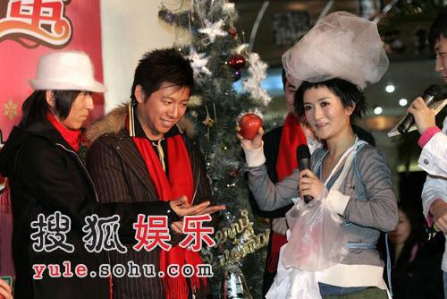 """谢娜圣诞发片调皮可爱 与阿朵""""色情""""玩亲亲"""