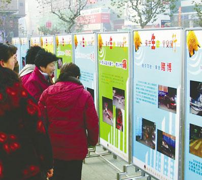 南通市向市民进行交通安全宣传教育