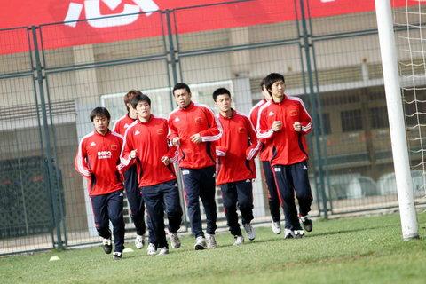 图文:国足队员张耀坤,徐亮等队员慢跑热身