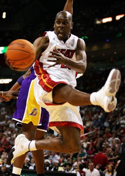 NBA图:圣诞大餐湖人VS热火  佩顿表演功夫