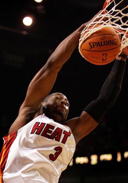 NBA图:圣诞大餐湖人VS热火  韦德爆扣篮下
