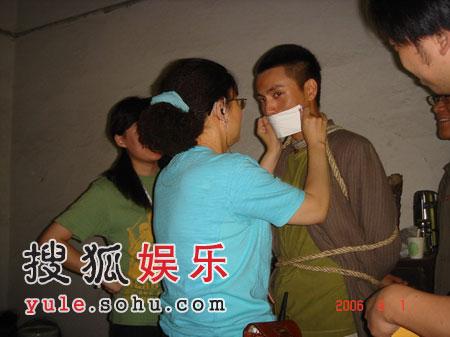 陈坤在电影《门》中遭捆绑
