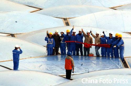 图文:水立方外层膜结构完工 建设工人胜利欢呼