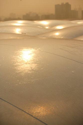 图文:水立方外层膜完工 阳光普照水立方外膜