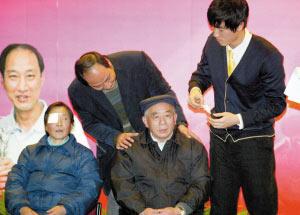 捐资25万元给20位白内障老人 刘翔师徒上海行善
