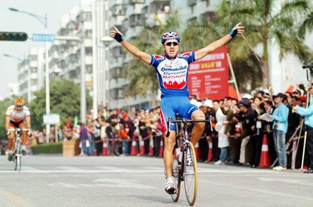 图文:环南中国海自行车大赛 俄罗斯选手冲线图片