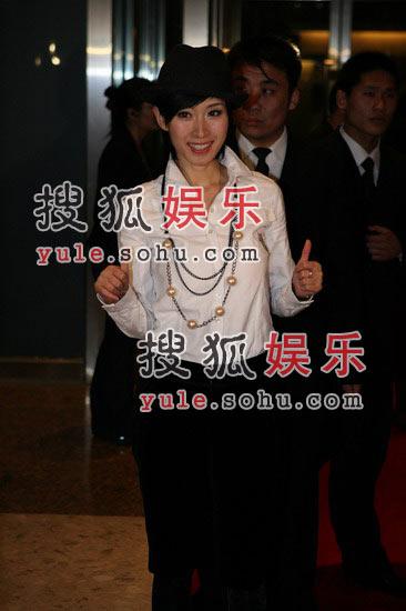 图:李霞帅气着装出场 吸引全场目光