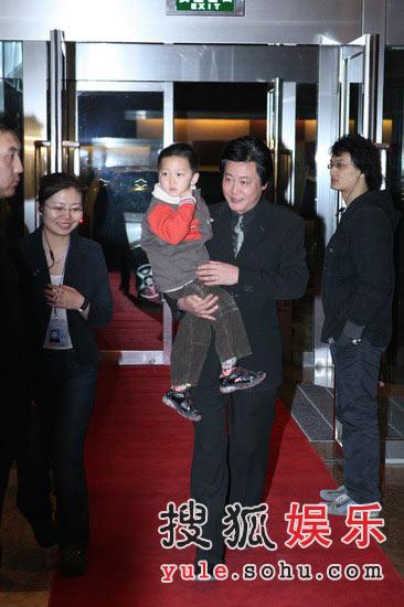 图:赵宝刚抱孩子入场