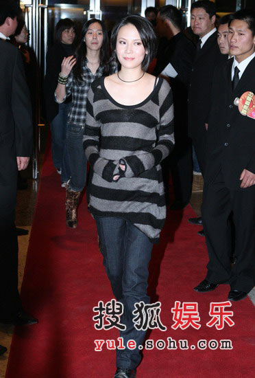 图:杨乃文黑格毛衣入场