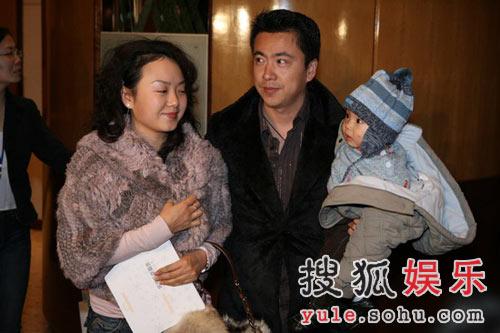 图:王中磊夫妇抱宝宝入场